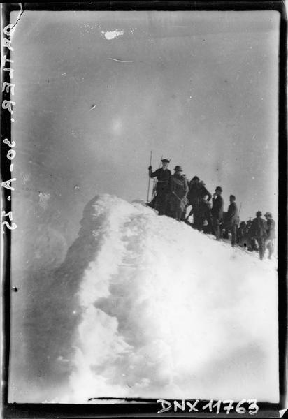 Groupe d'alpinistes sur un promontoire dans le massif de l'Ortler