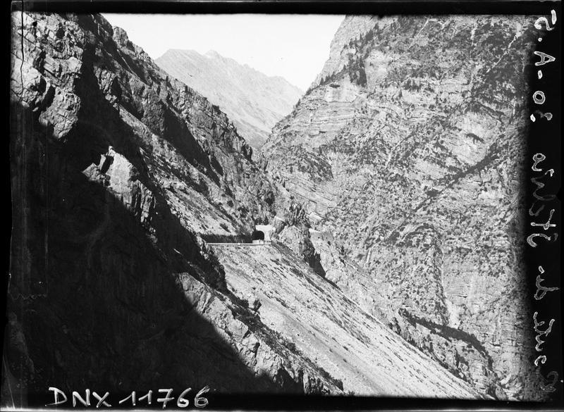 Pentes escarpées et entrée de tunnel sur la route du Stelvio