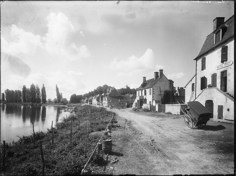 Maisons et hôtel au bord de l'Allier