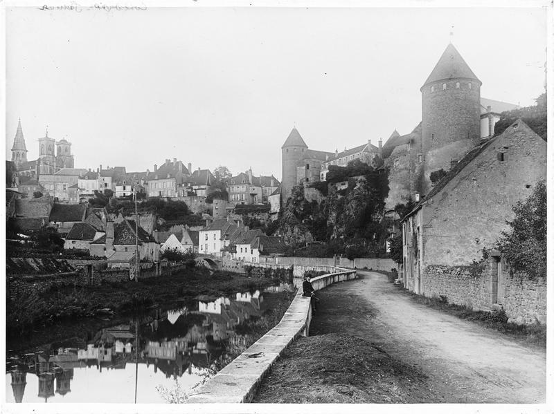 La ville : vue générale au bord de l'Armançon
