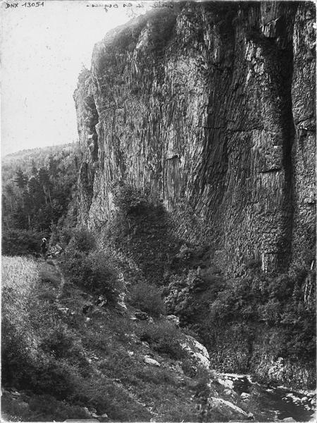 La Orgues basaltiques au-dessus de la vallée de la Borne