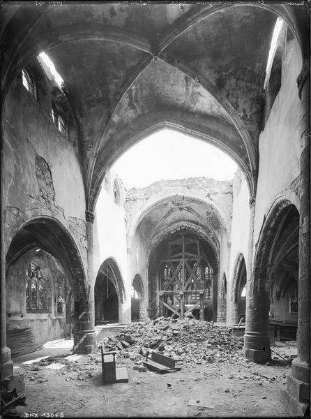 Intérieur : nef et choeur endommagés par les bombardements