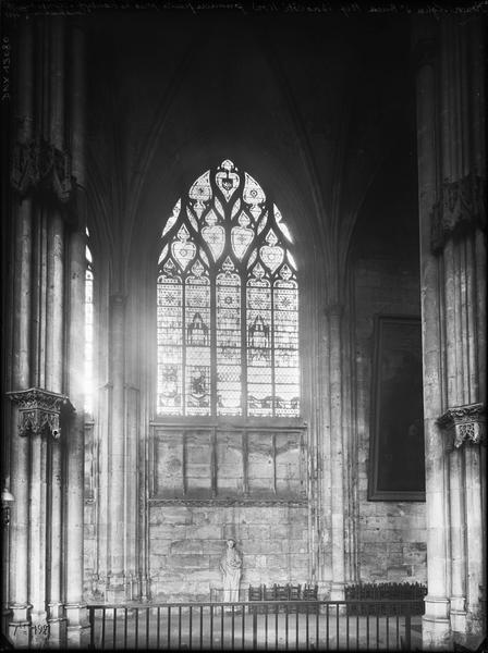Intérieur, bas-côté nord : première fenêtre près du transept, reprise de construction