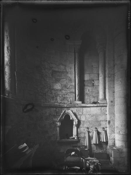 Intérieur : absidiole du croisillon nord dite tour aux clercs, partie basse