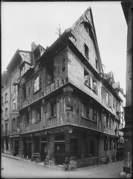 Angle sur rue des façades en pan-de-bois