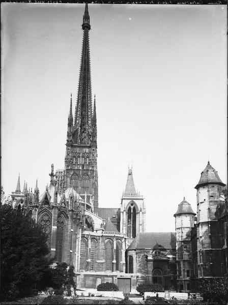 Abside et flèche vus du jardin de l'archevêché