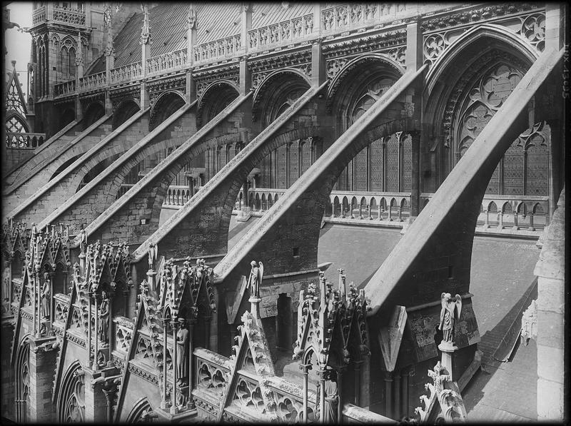 Façade sud, détail : arcs-boutants soutenant la partie haute de la nef