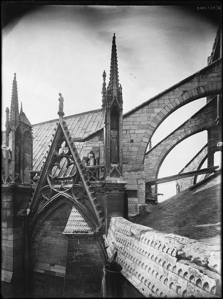 Détail des parties hautes au nord-est : jonction de la chapelle du chevet et du choeur