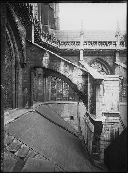 Tour centrale : retombée des trois arcs-boutants du croisillon sud, de la tour et du choeur