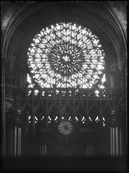 Intérieur, rose du portail ouest et partie supérieure des orgues