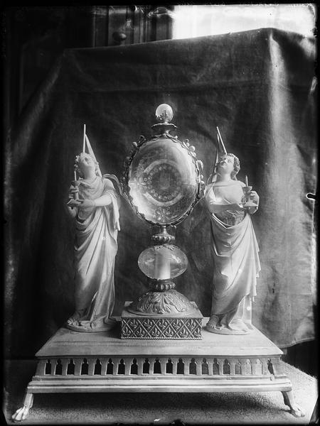 Reliquaire de saint Romain en argent doré, flanqué de deux anges en ivoire