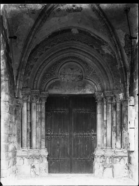 Façade ouest : portail sous le porche