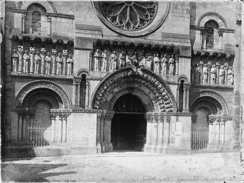 Façade ouest, partie inférieure : portail