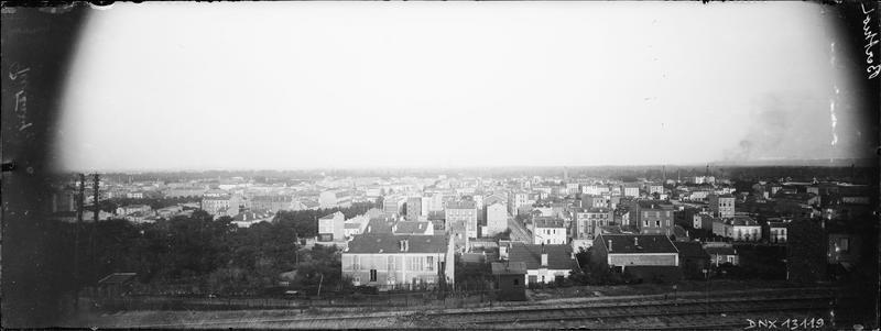 Paysage urbain : un quartier de la ville en bordure de la voie ferrée, vue panoramique vers le sud-est