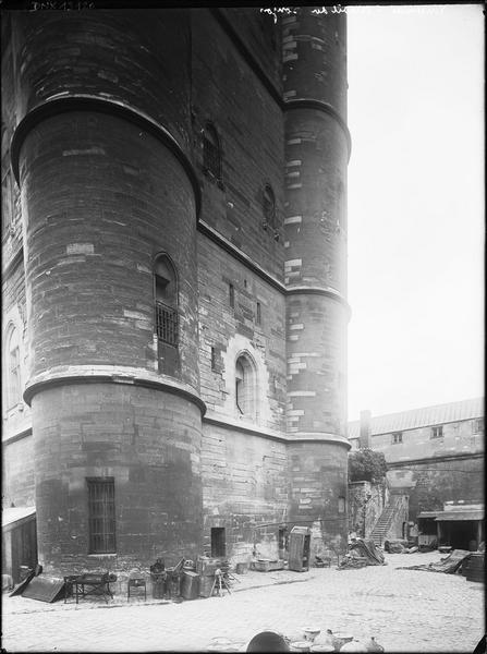 Donjon : partie inférieure de la façade est, vue oblique