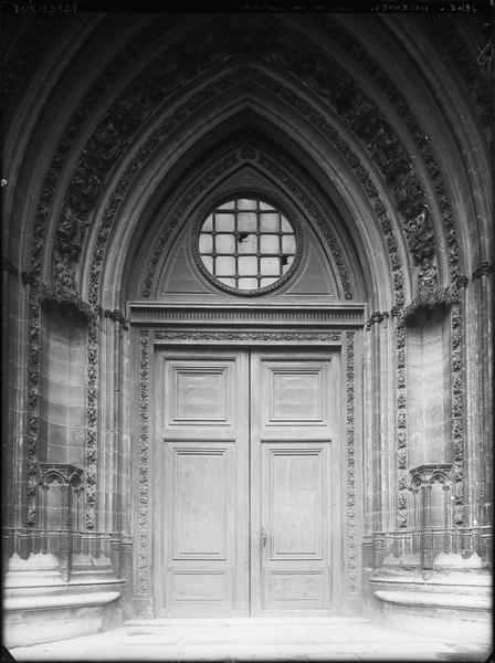 Sainte-Chapelle : portail de la façade ouest, vue axiale
