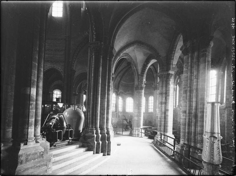 Intérieur, déambulatoire, détail du choeur et de la chapelle absidiale : galeries de présentation d'objets scientifiques et techniques