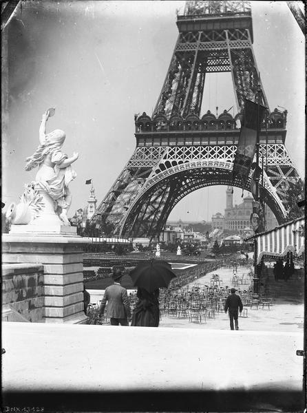Champ de mars et deux étages de la tour : vue prise vers le palais du Trocadéro pendant l'exposition universelle