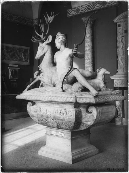 Sculpture : Diane appuyée sur un cerf