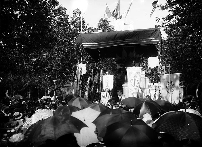 Procession d'un pélerinage sous la pluie