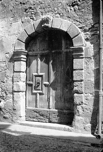 Porte inscrite dans une embrasure en arcade