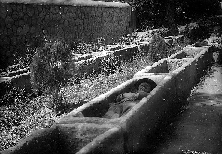 Homme allongé dans l'un des tombeaux