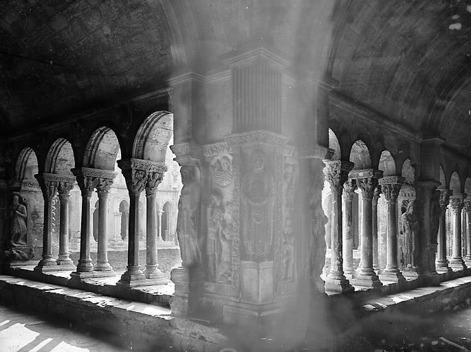 Pilastre à l'angle de deux galeries