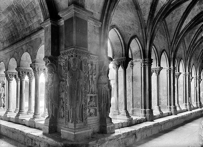 Pilastre à l'angle nord-ouest, partie ogivale et partie romane
