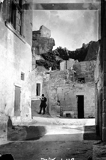 Le village: rue à travers les ruines