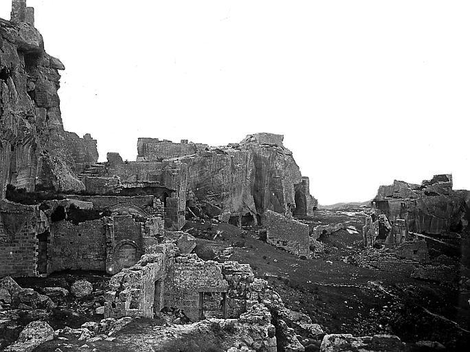 Le village: ruines au pied des rochers
