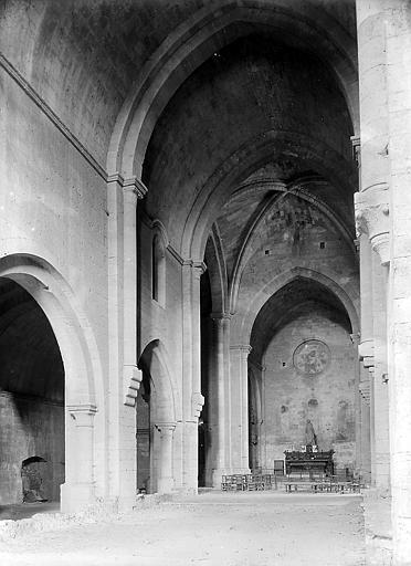 Nef et choeur, autel