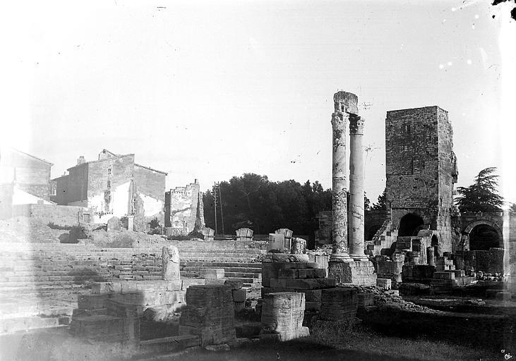 Amphithéâtre et vestiges: deux colonnes et une tour