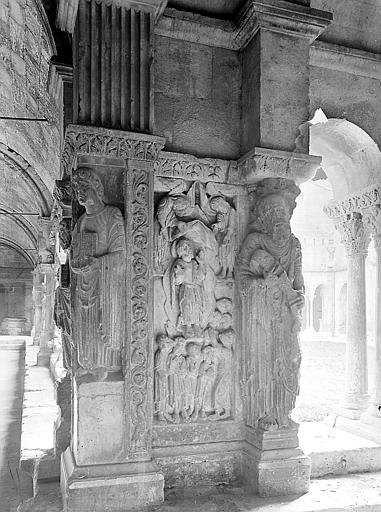 Pilastre de l'angle nord-est, côté nord