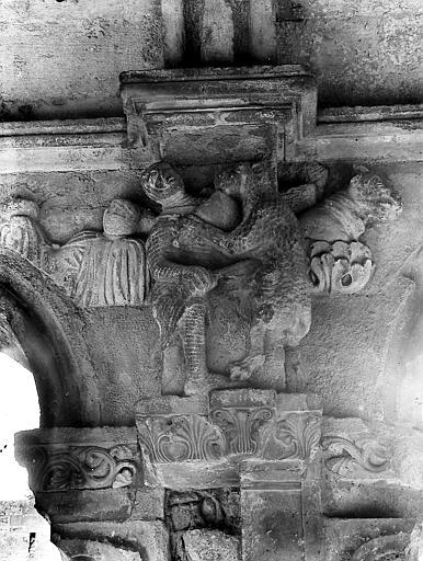 Bas-relief au-dessus d'une colonne: personnage attaqué par un animal