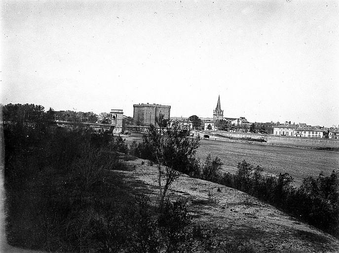 Le village: vue prise de la rive du fleuve