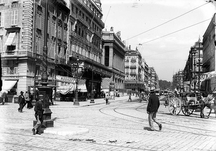 Scène de rue: piétons et charrettes