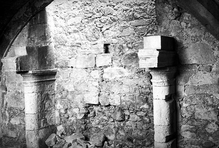 Deux piliers de soutien à l'intérieur d'un bâtiment