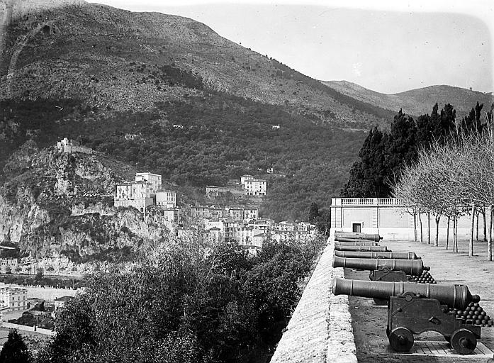 La ville: vue d'ensemble, canons au sommet des remparts