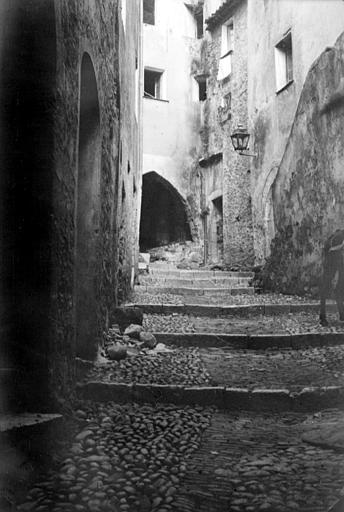 Le village: rue pavée