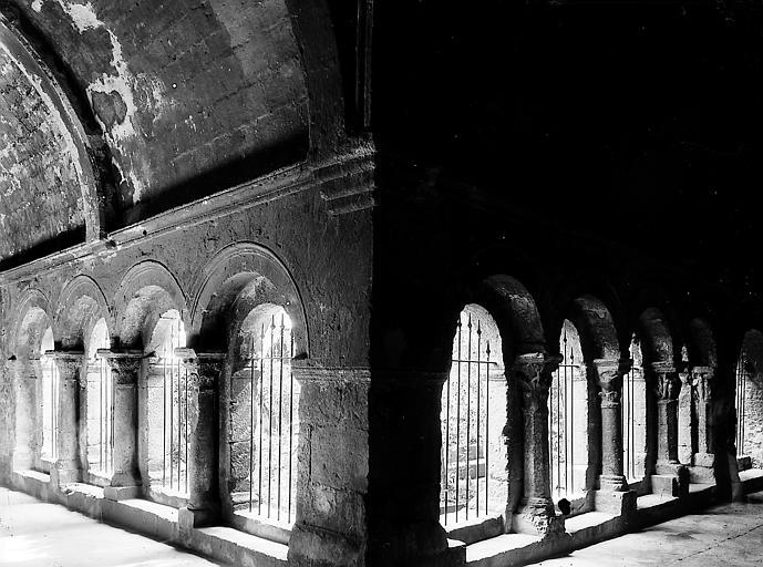 Cloître : Vue intérieure à l'angle de deux galeries