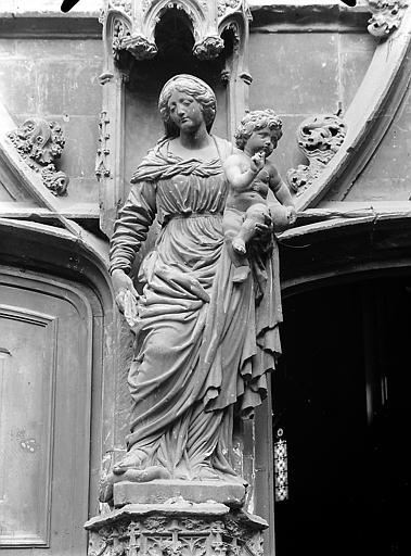 Statue de Peru (supposé): Vierge à l'enfant ornant le portail