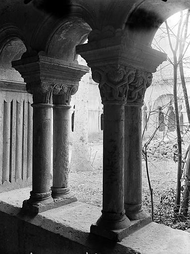 Quatre colonnes jumelées à chapiteaux corinthiens