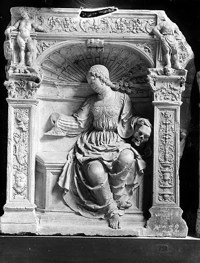 Statue: femme nichée