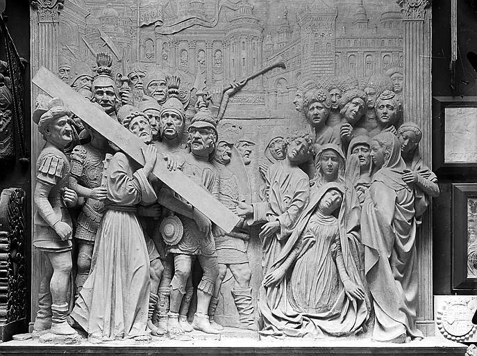 Bas-relief provenant de l'église Saint-Didier: Portement de croix