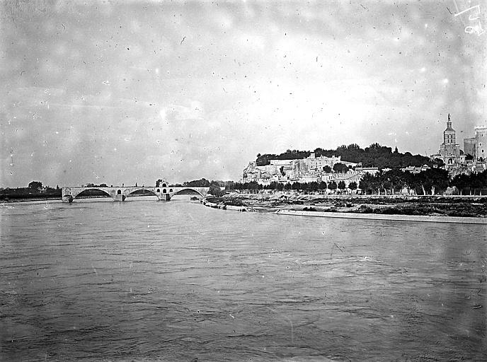 Vue du pont, du jardin et d'une partie du palais depuis la rive gauche du fleuve