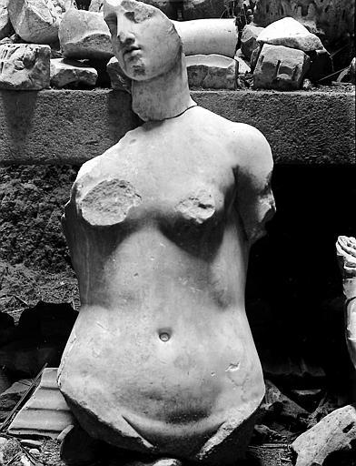 Statue de femme: vestiges
