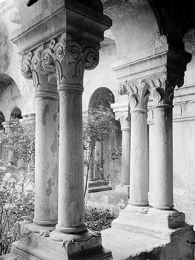 Cloître: quatre colonnes jumelées à chapiteaux corinthiens