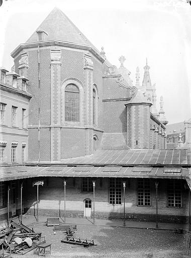 Chapelle et cour
