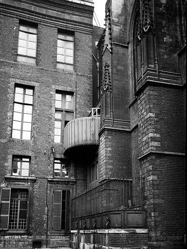Façade et autre bâtiment vu de profil