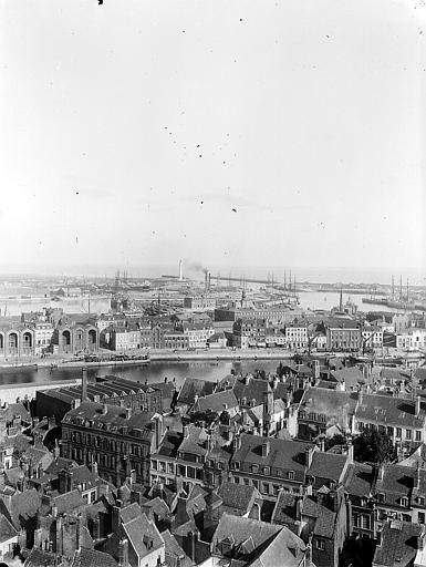 Vue d'ensemble du port et de la ville
